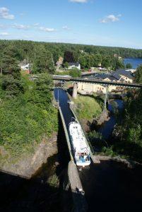 Turist båten är på väg genom plåtrännan