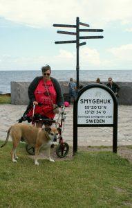 Lotte och Ester vid Smygehuk, på skylten har ni koordinaterna.