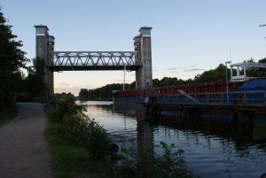 En järnvägsbro som lyfter hela mittsektionen så skeppet kan passera