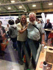 Här står en lycklig vinnare tillsammans med Freja från My Heritage. Jakob från My Heritage tog bilden.